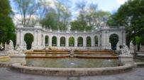 Der gefüllte Märchenbrunnen im Frühlingslicht