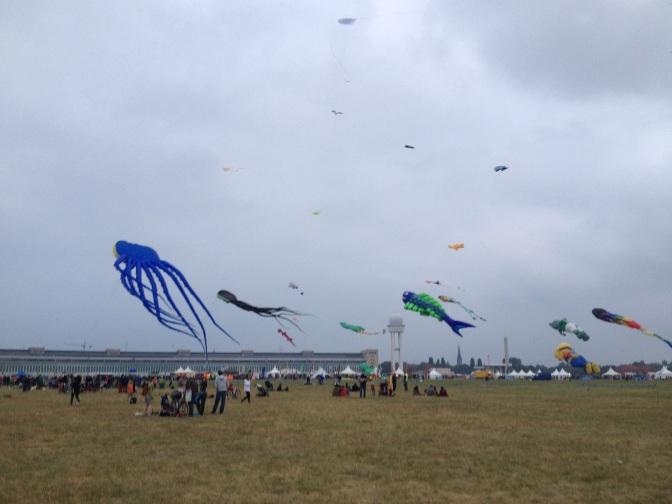 III – Dritter Stern, die zweite – Tempelhofer Feld – Drachenfest