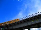 Gelbe S-Bahn vor blauem Himmel