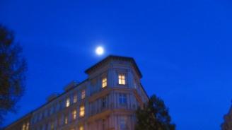 Mond über Mitte ein paar Schritte weiter