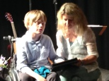 Seine Mutter Ulrike stützt Raphael beim Schreiben