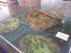 So sah die Zitadelle früher mal aus (die roten Fäden markieren die heutige Zitadelle :) )