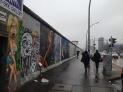 Ein paar wenige Touristen kämpfen sich auch durch den Regen