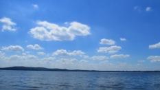 nur Wasser und Wolken