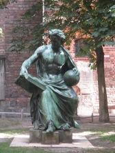 Bronzestatue mit Buch und Erdball