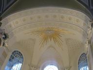 Die Friedenstaube im Strahlenkranz über dem Altar