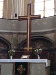 Der Altar mit dem Kreuz
