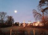 Und über Tutzing leuchtet der noch fast volle Mond
